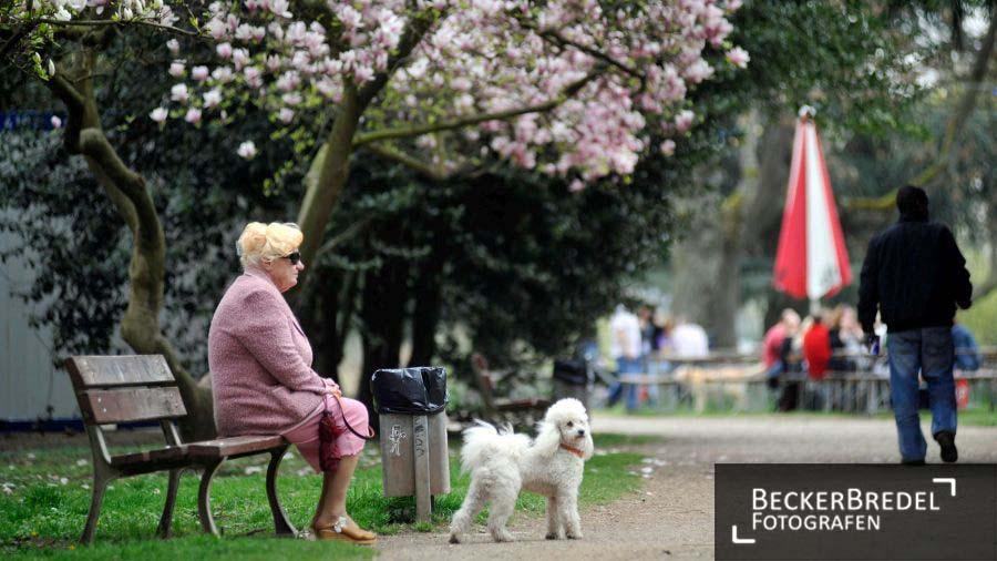 Frühling: Frau genießt Sonne am Saarbrücker Staden