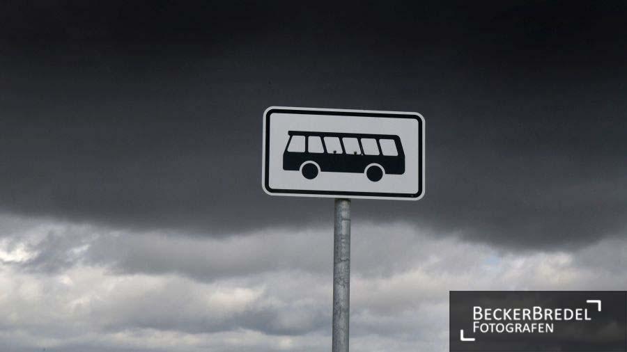 Dunkle Wolken über Bushaltestelle
