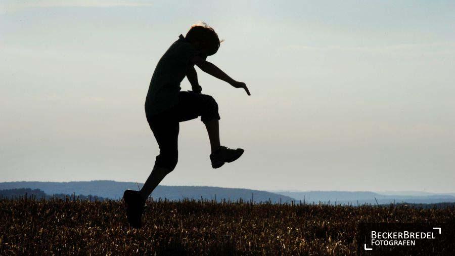 Ein Junge spielt im Bliesgau